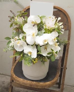「作家さんと会場の雰囲気に合わせて」陶芸家さんの個展開催祝い花