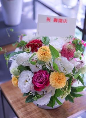 個展のお祝いにもピッタリ 上品・ナチュラルな祝い花