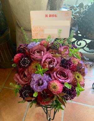 送り先のイメージである紫色を基調とした移転お祝い花