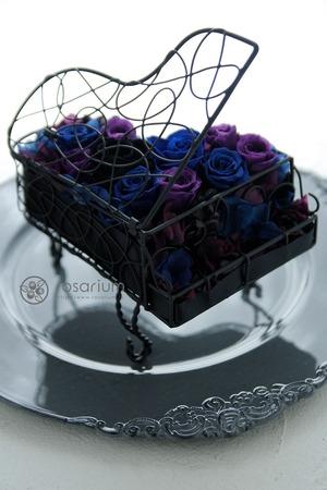 「黒いピアノの花器が印象的」推しキャラクターをイメージした祝
