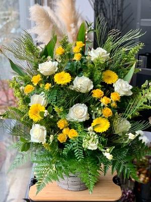 7位:社員さんの好きな色を織り交ぜた社長就任祝い花
