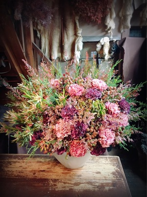 ナチュラルな内装の洋菓子店様へ アンティーク紫陽花がメインの開店祝い花