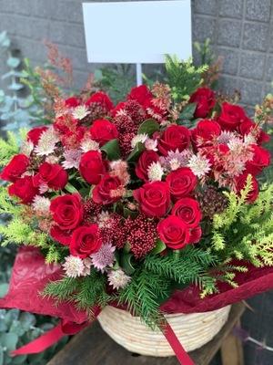 「赤バラが印象的」クリスマスの雰囲気の開店祝い花