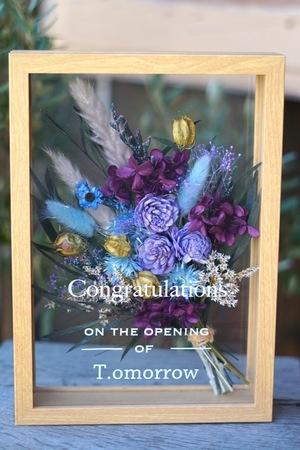 紫や水色の花々を閉じ込めたフレームアレンジ 開店祝い花
