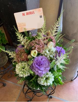 お世話になっている美容師さんへ贈るグリーンがメインの落ち着いた上品な色合いの独立開店のお祝い花