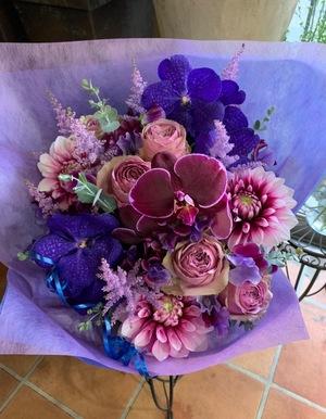 「大好きな華やかなお花で古希をお祝いする」紫色の濃淡が綺麗なお祝い花
