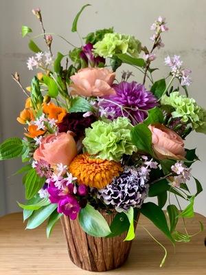 和モダンなテイストの華やかさの中にも落ち着いた雰囲気のある上品な退職祝い花