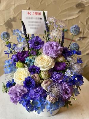 クールでかっこいいアーティスト様へ デビュー5周年の祝い花