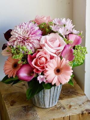 コーポレートカラーのピンクを重ねたご移転祝い花|