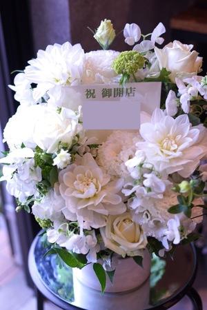 「美容院様の雰囲気に合わせて」上品な白い開店祝い花