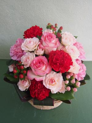 「感謝の気持ちをこめて」 赤やピンクのお花を使った可愛い雰囲気の母の日のアレンジメント