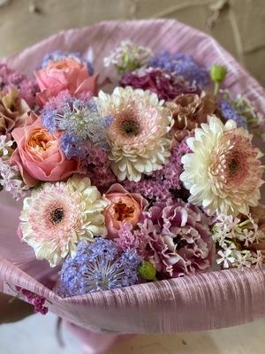 ご自身の誕生日にご両親へ贈る 感謝を込めた花束のフラワーギフト