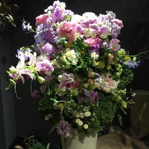 個展のお祝いにもピッタリ キャンディのようなカラーが印象的な祝い花