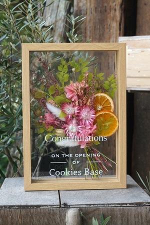 華やかさと清々しい雰囲気あふれるピンク色がメインの開店お祝いのドライフラワーのフレームアレンジ