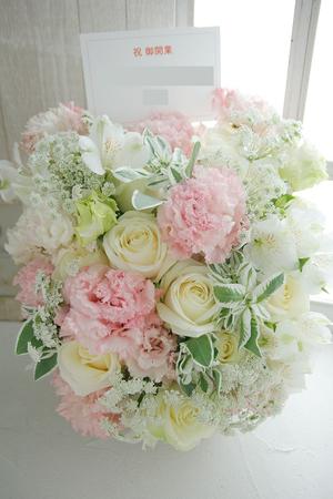 白とピンクの優しくやわらかな雰囲気のご開業祝い花
