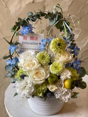 お送り先のコンセプトに合わせたナチュラルな雰囲気の開店お祝い花
