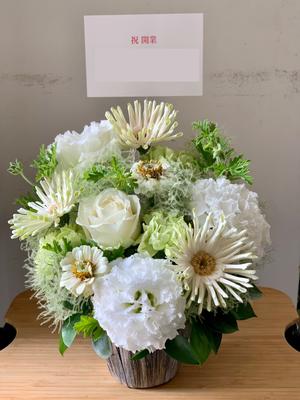 「事務所の雰囲気に合わせて」白を基調とした開業お祝い花