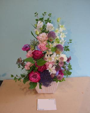 ピンク色をメインにした落ち着いた雰囲気の引っ越しお祝い花