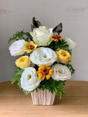 ネイルサロン様にお送りする白を基調にした明るい雰囲気の開店お祝い花