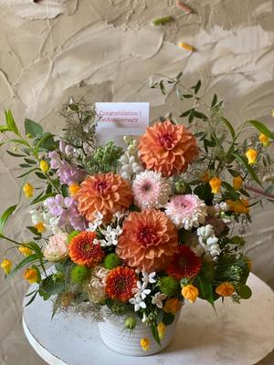 お店のカラーであるオレンジ色がメインのオープン1周年お祝い花