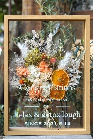 新サロンオープンお祝いのオレンジ色を入れたドライフラワーのフレームアレンジ