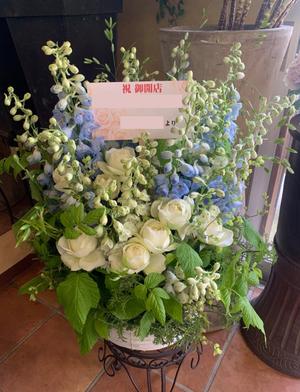 お送り先のお店の雰囲気のブルーと白をメインにした開店お祝い花