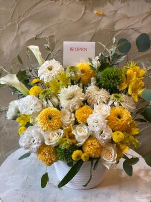「明るく元気なイメージで」ダンススタジオ様への黄色と白がメインのオープンお祝い花