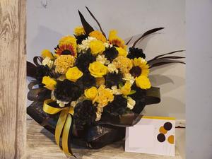 イメージカラーの黄色でおつくりした誕生日お祝い花