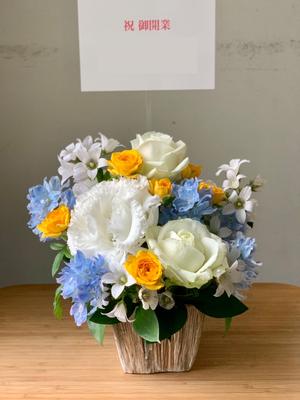 凛とした雰囲気の白をベースとしたご開業お祝い花