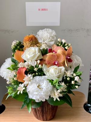 和の雰囲気の高級食パン店様への白をメインとした開店お祝い花