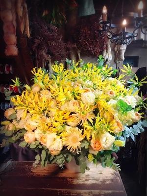 「ありきたりなものではなく、感謝の気持ちも込めて」ブランドカラーの開店祝い花