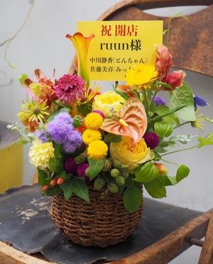 ご友人のお店の雰囲気に合わせた黄色がメインの開店お祝い花
