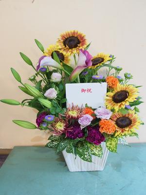 季節感と独創性のある落ち着いた雰囲気の中にも華やかさを感じる開店お祝い花