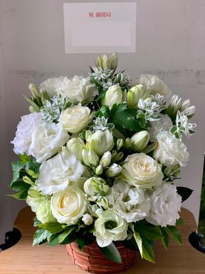 白を基調とした薬局開局お祝い花