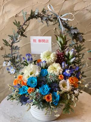 「大切な友人のお店が繁栄するように」ブルーを基調とした開店お祝い花
