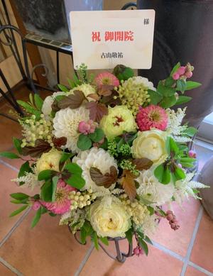 白をメインにした華やかな開店お祝い花
