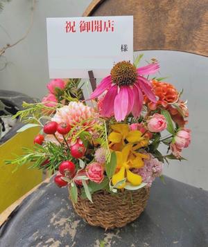 ポップなデザインの内装に合わせたビタミンカラーの開店お祝い花