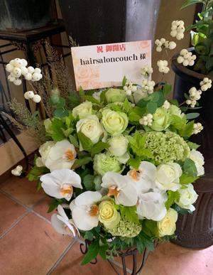 お店の雰囲気と送る相手のお好みの色に合わせておつくりした開店お祝い花