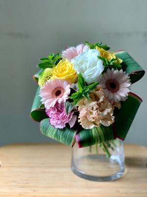 癒されるイメージのコンパクトな周年お祝い花