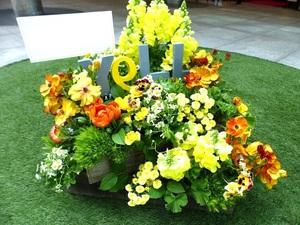 ロゴモチーフの心躍るご移転祝い花