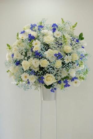 ご公演に伴う白と青の美しいスタンド花|