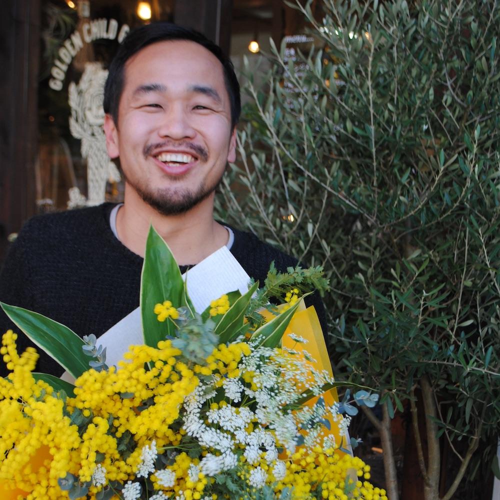 「感謝と労いの気持ちを込めて」番組パーソナリティさまイメージカラーの祝い花